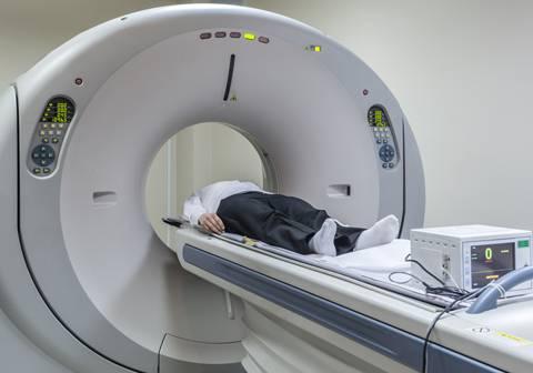 Aplicación de un tratamiento de hipertermia magnética.