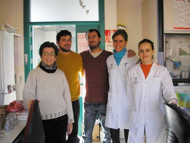 Silvia Marqués, primera por la izquierda, con su equipo de investigadores