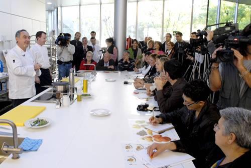 Los cocineros Ferran Adrià, Joan Roca y Nando Jubany, durante la presentación del taller