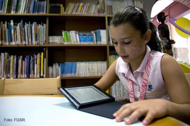 Escolar con una tableta digital.
