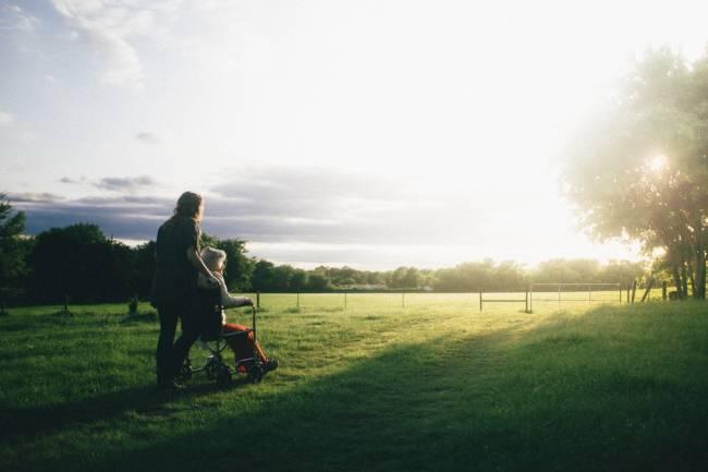 dos mujeres mirando el horizonte