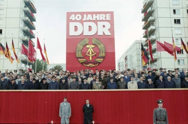 Autoridades de la RDA celebran el 40 aniversario de la creación del país. / Wikipedia