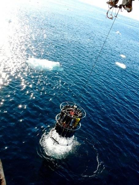 Roseta cargada con muestras de agua de mar de diferentes profundidades en el momento de ser subida al barco