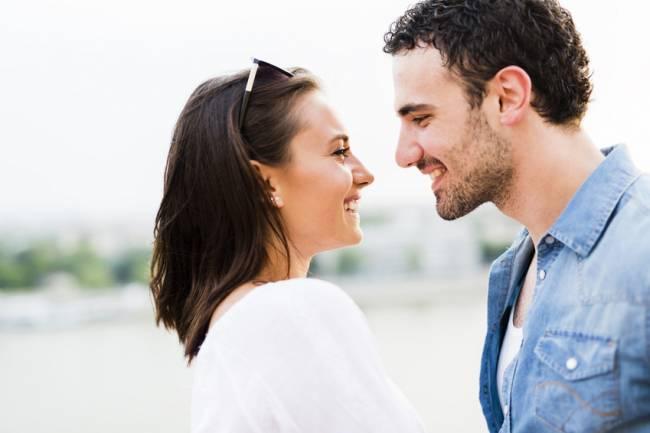 Una pareja se mira sonriente