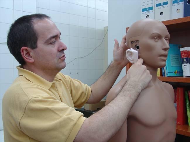 Enrique López Poveda muestra el lugar donde se coloca el dispositivo.