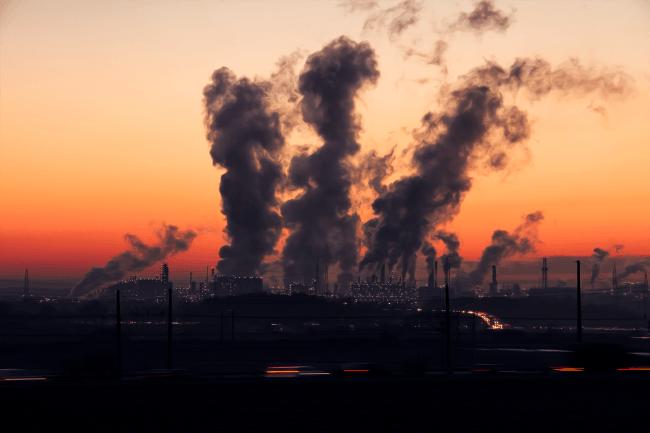 industria contaminante al atardecer