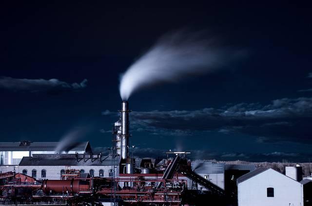 fábrica echando humo