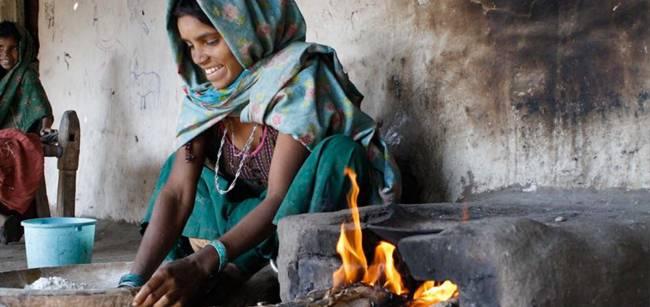 mujer india en la cocina