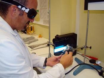 El doctor Aguilera Arjona trabaja con este espectroradiómetro para medir los efectos de la radiación UV en las muestras