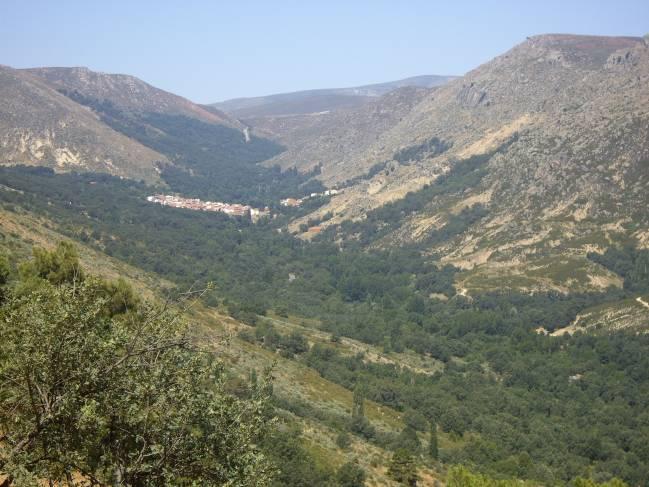 Territorio muy deforestado en la sierra de Gredos, con bosques sólo en las zonas próximas a la garganta. Al fondo el pueblo de Navalacruz.