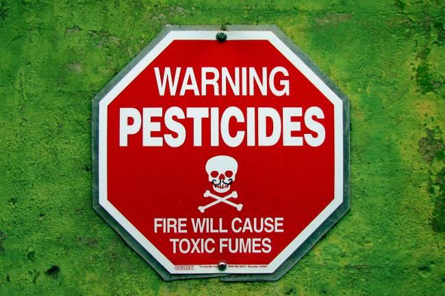 Señal que alerta sobre los peligros de los pesticidas