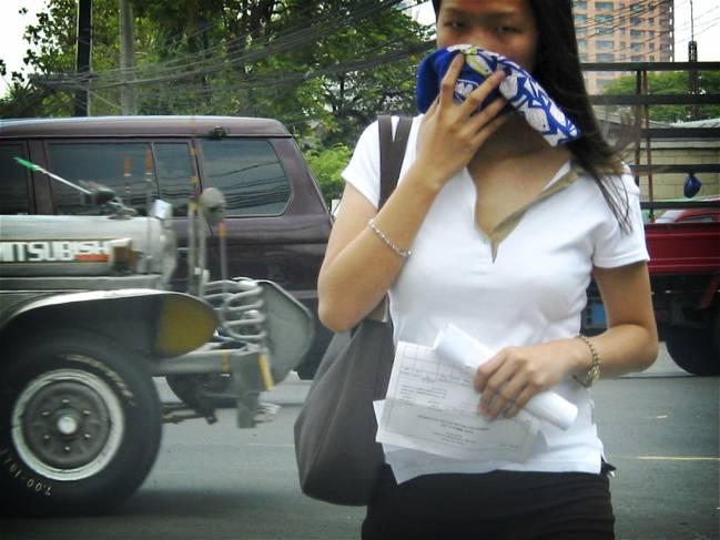 mujer paseando por una ciudad contaminada