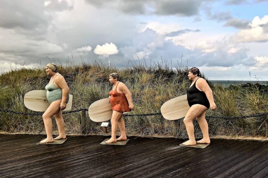 escultura de mujeres en la playa
