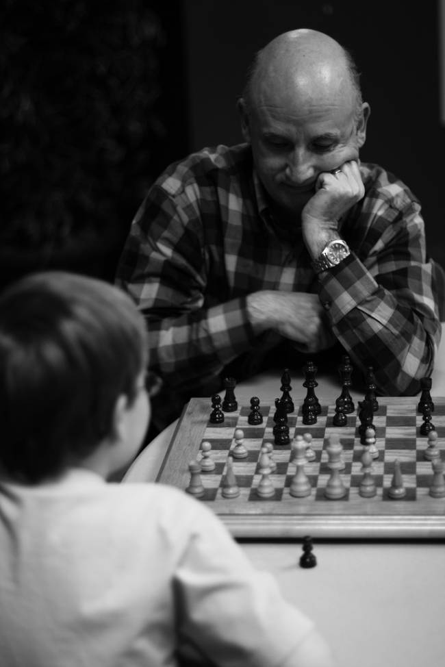 Niño y abuelo jugando al ajedrez
