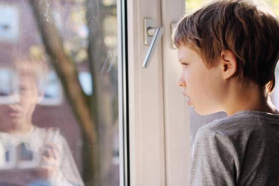 Niño en una ventana