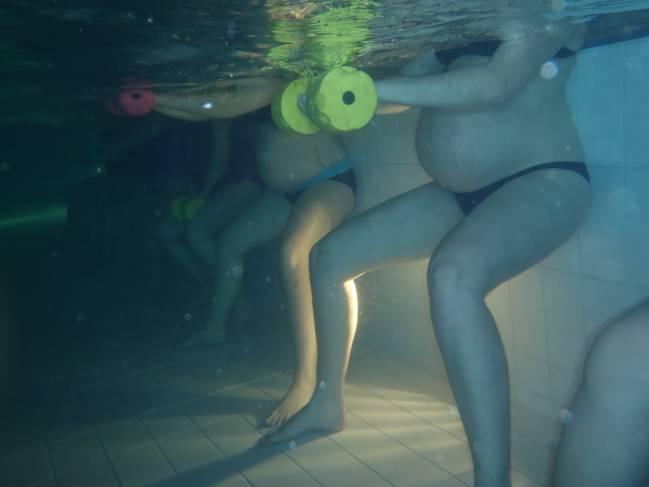 Mujeres embarazadas realizando el programa de ejercicio en piscina.