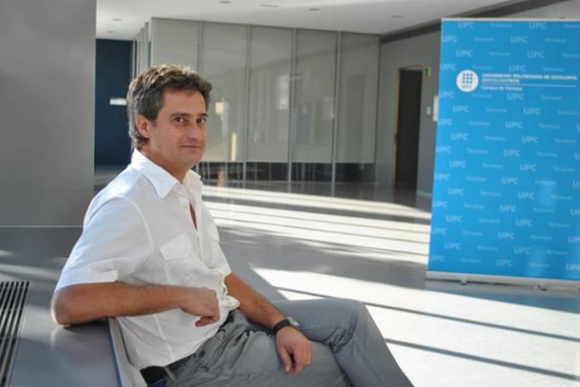 Carles Serrat, investigador del Grupo de Dinámica no Lineal, Óptica no Lineal y Láseres  (DONLL) en el Campus de la UPC en Terrassa.
