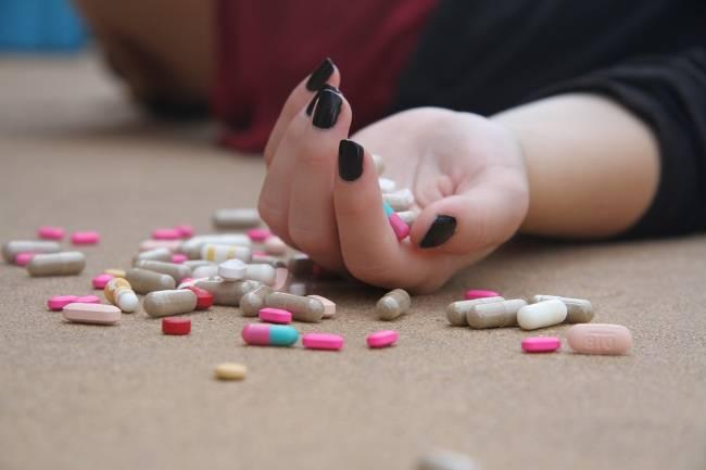 mujer con pastillas