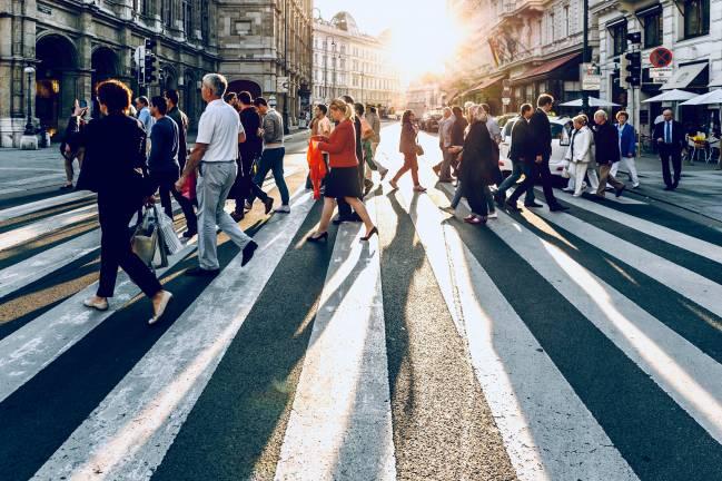 Multitud de personas cruza un paso de cebra