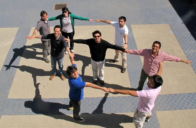 Parte del grupo que ha realizado el experimento imitando la configuración que ha permitido resolver el problema
