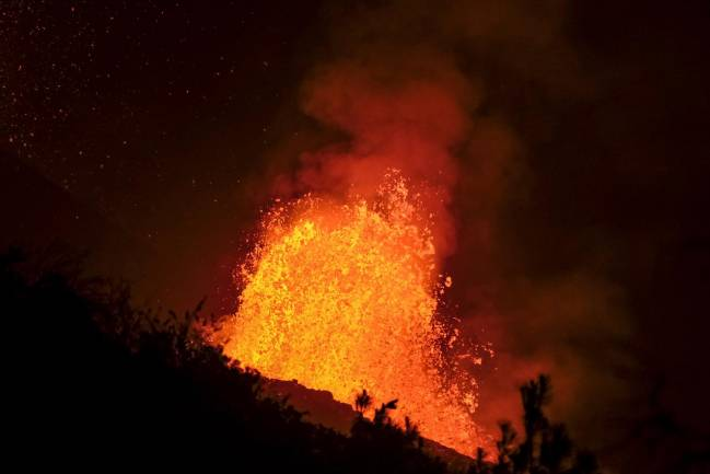 Lava sale de cono del volcán Cumbre Vieja