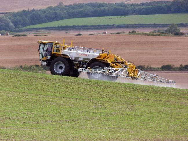Una máquina suelta pesticidas en un sembrado. / Wikipedia
