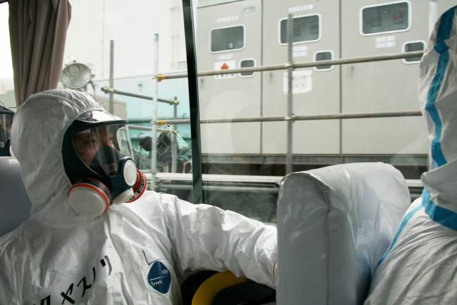 Tácnicos se preparan para entrar en un reactor de la central de Fukushima. /Giovanni Verlini (IAEA)
