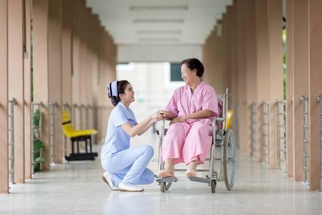 mujer en silla de ruedas en un hospital