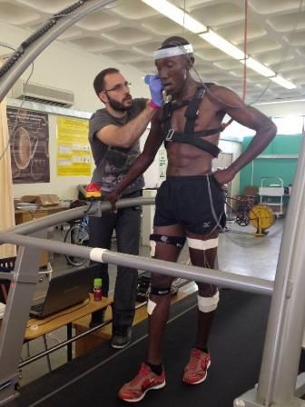 El doctor Jordan Santos-Concejero realizando una prueba a un atleta keniano