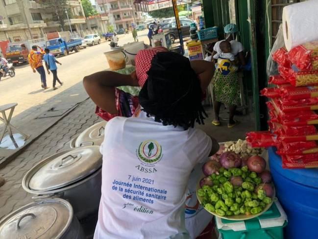 Varias personas en un puesto de comida en Benín