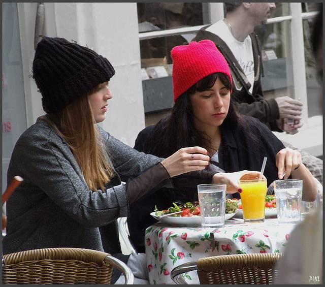 chicas comiendo ensalada