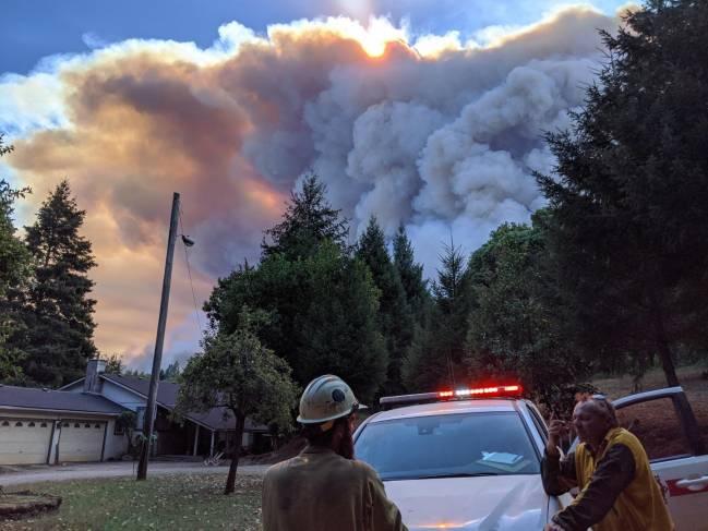 Las autoridades locales actúan frente a un incendio en California