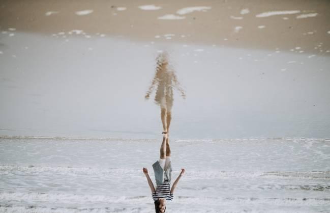 mujer sola por la playa
