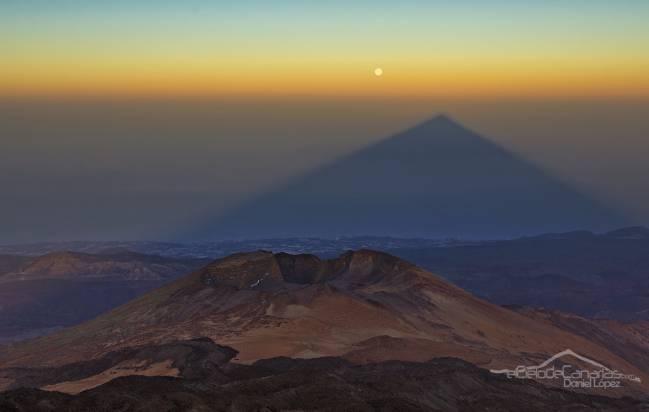 El crater de Pico Viejo con la sombra del Teide y la luna llena. / Daniel López