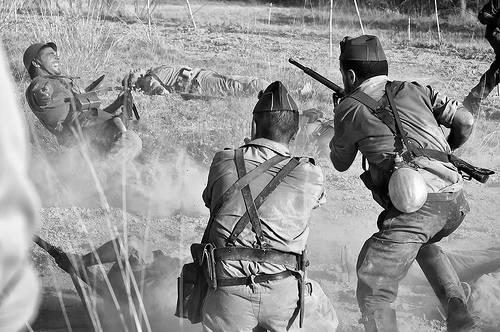 Tiroteo durante la Guerra Civil. Foto en blanco y negro.