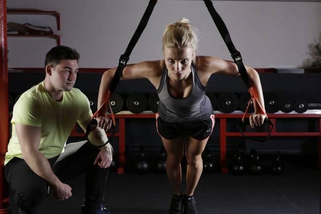 mujer y hombre en el gimnasio