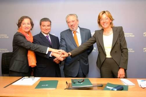 Los representantes de los dos centros, tras la firma del convenio