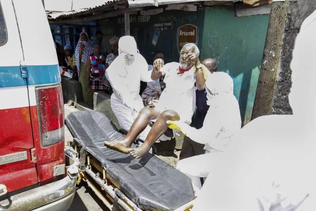 La UE pide 40.000 voluntarios y 5.000 camas en los países afectados por ébola. En la imagen, un equipo médico transporta a un paciente en Liberia. EFE / Archivo