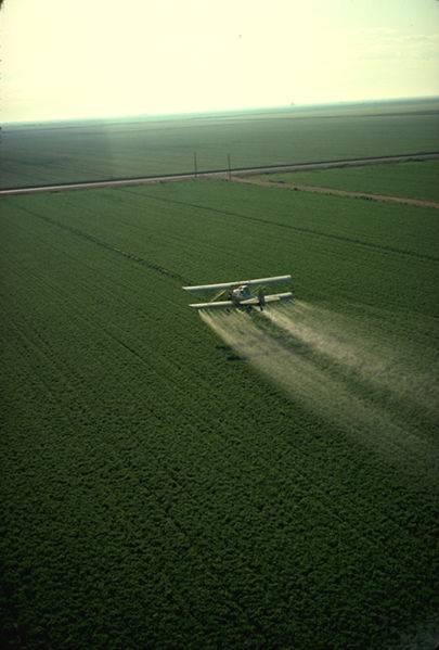 Avión rociando un campo de cultivo con plaguicida. Foto: PD-USGOV-USDA.