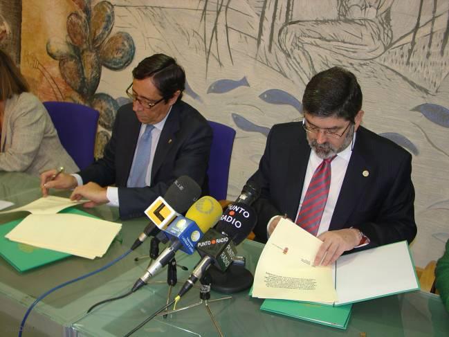 Rafael Rodrigo (izquierda) y Ángel Penas firman el convenio de creación del Instituto Mixto de Investigación en Ganadería de Montaña.