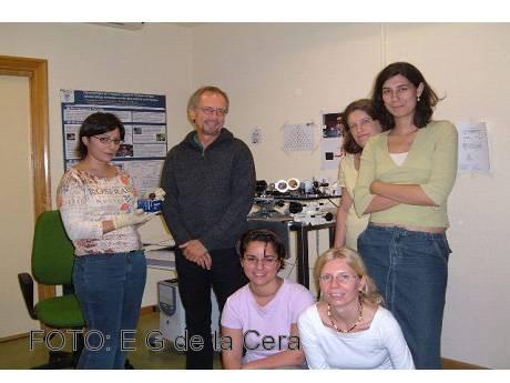 La investigadora Elena García de la Cera, sentada a la izquierda, junto con algunos de los científicos que han colaborado en el estudio.