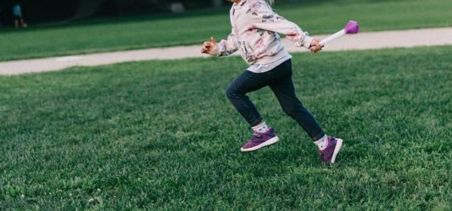 niña corriendo en un parque