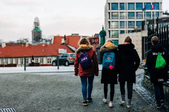 adolescentes a la salida del colegio