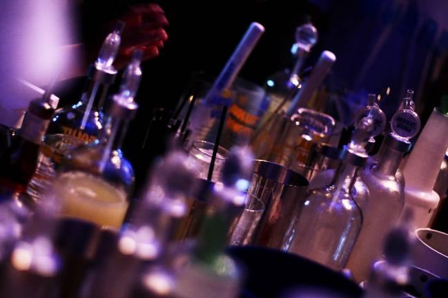 Botellas de alcohol en un establecimiento. / Leonardo Augusto Matsuda