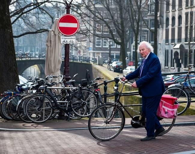 hombre mayor con una bicicleta