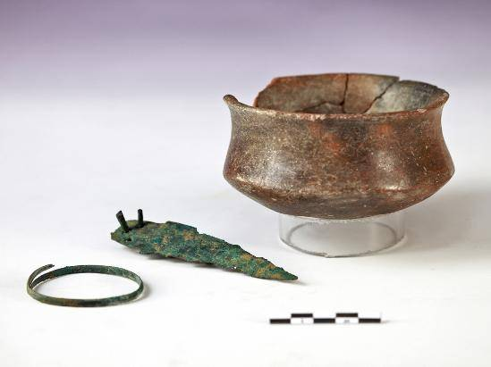 Ajuar encontrado por los investigadores de la UGR en la sepultura número 6 del yacimiento arqueológico del Cerro de San Cristóbal de Ogíjares (Granada). (UGRDIVULGA).