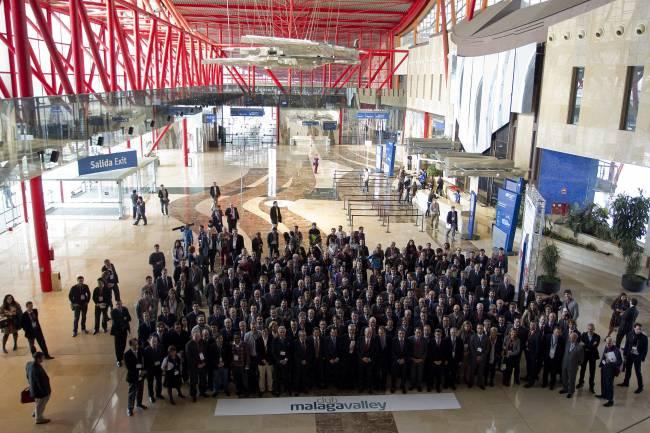 Foto de familia del Club Málaga Valley durante la edición europea de la conferencia de tecnologías emergentes Emtech. Imagen: Efe
