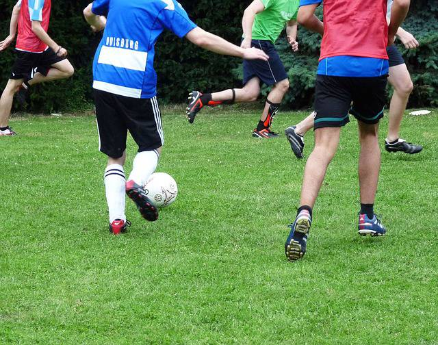 Adolescentes jugando al fútbol (FOTO: PIXABAY).