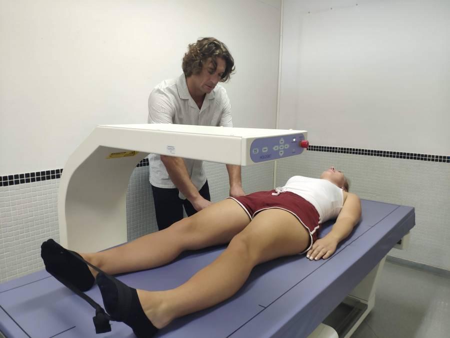 investigador realizando una medición en el laboratorio de la universidad