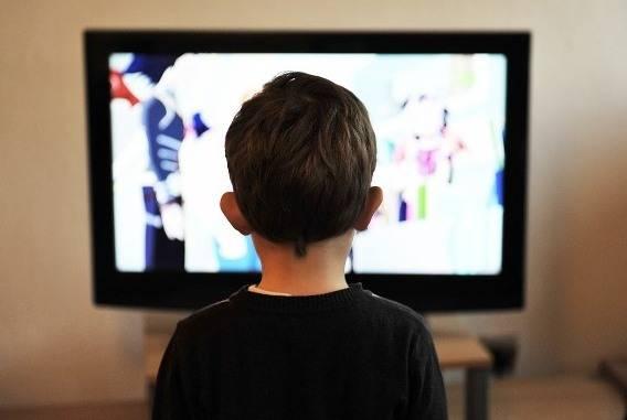 http://pixabay.com/es/ninos-tv-nino-television-casa-403582